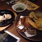 個室居酒屋 もつ鍋 食べ飲み放題 のりを - 島ギョーザ(378円)とカレイの天ぷら(486円)。