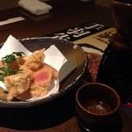個室居酒屋 もつ鍋 食べ飲み放題 のりを - 明太子天ぷら(410円)に熱燗(豪快)(313円)。