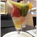 タカノフルーツパーラー 横浜高島屋店 - フルーツパフェ~いろんなフルーツでぎっしり~大きなフルーツだYO