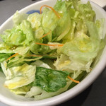 35418187 - オニオンカレーライス1200円セットのサラダ