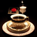 カフェ セレーサ - ホワイトとゴールドで纏められたエレガント且つゴージャスな雰囲気☆