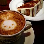 カフェ・カトル・ヴァン・ヌフ - チョコシフォンケーキと、ウサちゃんカプチーノ