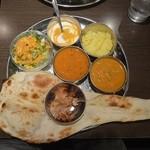 カナピナ - ランチのレディースセット(左からダル、野菜)