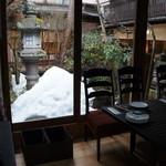 茶房 布久庵 - お店のスタッフに「写真撮られるなら、灯篭の見えるこちらへ」と案内された、イタリアンをいただけるコーナー