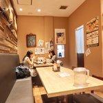 ぽん輔 - 店内のテーブル席の風景です