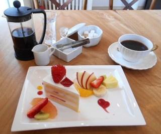 ウアルブル - 紅ほっぺの苺のショートケーキとコーヒープレス