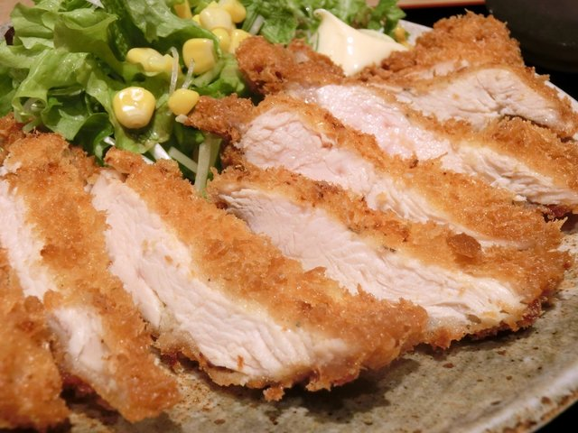 ぽん輔 - 鳥取県産大山鶏カツ定食(ムネ肉) 500円 の断面