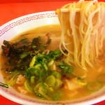 金龍ラーメン - ラーメン(麺持ち上げ)