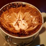 カフェ・カトル・ヴァン・ヌフ - 見事な孔雀のアートです!飲んでしまうのがもったいなかったですね♪