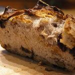 ブノワトン - くるみとカレンツの入ったずっしりライ麦系のパン
