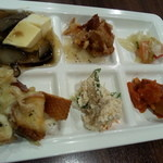 35450554 - メインに付いてる サラダバー色々豆腐のキノコ餡掛けと おからのサラダは 美味しかった!