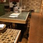 ウィッフィ - 壁側のテーブル席