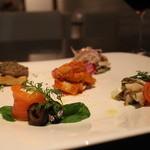 ヴィア トスカネッラ - 前菜:リコッタチーズサーモン、左はブカティーニ(鶏レバー)、奥はブタボイル