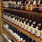 錦山閣 - いろいろな銘柄の焼酎がずらり
