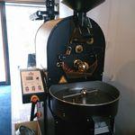 カプリ コーヒー ビーンズ - 玄関入ってすぐ左に設置してある大きな焙煎機。外国製!!