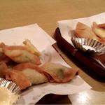 丸久 - (左)揚げ餃子  (右)揚げチーズ