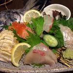 地魚と百日地鶏 大 - 刺身盛り合わせ