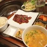 清江苑 - 歌舞伎町で焼肉ランチ☆  ハラミランチ☆  店内も落ち着いた雰囲気でオシャレなデザイン、塩も美味しい塩を使っていたので、タレより塩でハラミを食べると肉の甘みがひきたって美味しいです‹‹\( ´꒳`)/››