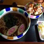桶川市べに花ふるさと館 - 「新弟子丼+かけそば」900円の大盛り(+150円)