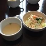 35481555 - サラダとスープもセット。