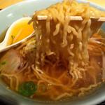 上海キッチン 豪華 - ラーメン(麺持ち上げ)