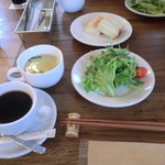 バダローネ - ランチセットのサラダ、フォカッチャ、スープ、コーヒー