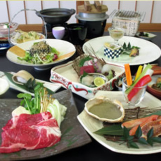 四季折々の新鮮な地元食材を用いた会席料理をお楽しみください。