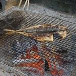 浅田水産 - 店内でアジの干物を炭火で焼く。