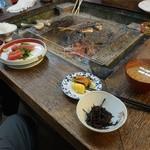 浅田水産 - 店内の囲炉裏。テーブルはこれだけ。