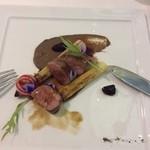 ラ プリュム ローズ - また、やっちゃいました。一口食べて慌ててパチリ!もーホワイトアスパラの絶妙な焼き加減、そして、その上の仔牛のお肉。もー、本音になにもかも美味で最高です!お魚料理、写真わすれちゃいました!美味しかったー