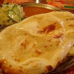 ネパールキッチン Kathmandu - ナンのハーフを頼んだのだが・・・・デライ