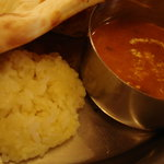 ネパールキッチン Kathmandu - ナンをどけるともう1種のカレーとサフランライスが現れる♪