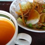 ジャンバーラ - セットのトマトスープとサラダ