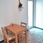プロムナード - 木目のテーブル席も 2015.03.