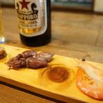 郷土料理 みかど - サッポロ瓶、突き出しに、ホタテ、ホタルイカ、海老(2015.2.26)