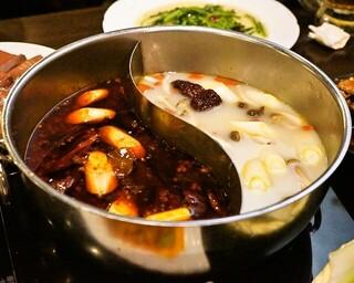 四季海岸 - 2015.1 薬膳鴛鴦湯底(1,780円)薬膳鴛鴦スープ