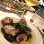 カーザ ヴィニタリア - 鰆と海藻の蒸したお皿には白ワインを