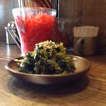 35508769 - 高菜トッピングは別皿。辛子高菜ではない。