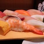 魚がし日本一 - 特盛にぎり 980円。