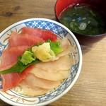 磯丸水産 - まぐろ2色丼、生海苔味噌汁(2015/03/02撮影)