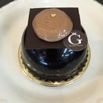 グランフルーヴ - プラリネショコラ  440円 ベルギー産の濃厚なチョコレートムースの中にキャラメルムースとキャラメリゼしたアーモンドを忍ばせた、濃厚かつ香ばしい風味豊かなチョコレートムースです。