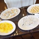 アーユルヴェーダ・カフェ ディデアン - スリランカのデザート。スリランカのパンケーキ(ココナッツをクレープのようなもので巻いたお菓子)、ミーキリ(水牛のヨーグルト)、タピオカ、パイナップルの4種類