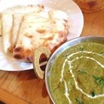 Sita - ランチ。ほうれん草チキンカレーとチーズナン。