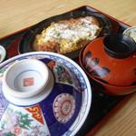 きそば 札幌 小がね - ご飯が蓋付きの器、なるほどカツ丼らしい!