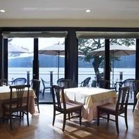 芦ノ湖を望めるテーブル席