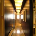 RESTAURANT BAR CHESS - 廊下の先々に個室があります