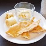 アーユルヴェーダ・カフェ ディデアン - おやつ盛りはスリランカのパンケーキ(ココナッツをクレープのようなもので巻いたお菓子)、ミーキリ(水牛のヨーグルト)、パパダム(豆せんべい)
