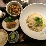 35559526 - つけ麺定食のホルモンつけ麺(冷たい麺)、卵かけご飯用の卵付(上方から)