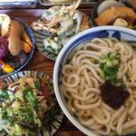 35559751 - 生みそうどん(あつ)大盛、ひと口天ぷら・焼き野菜・薄あじおでん・茎ブロッコリーと大根のポン酢サラダ