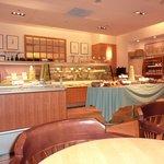 ブーランジェリー ブルディガラ - テーブルから見た、ケーキケース方向